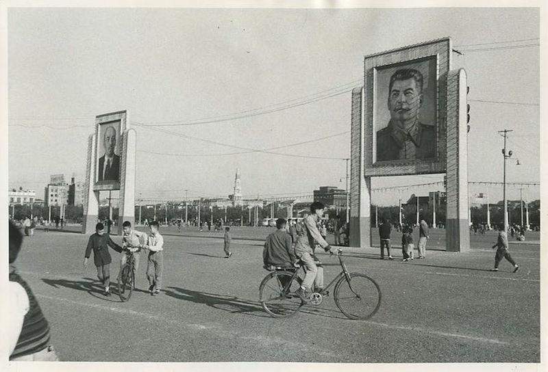 Проспект через народную площадь, украшенный портретами Ленина и Сталина в 1964 году. Источник: posters.com