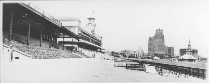 Трибуны, скаковой клуб и дорожки, вдали Парк-отель. Источник: minguotupian.com