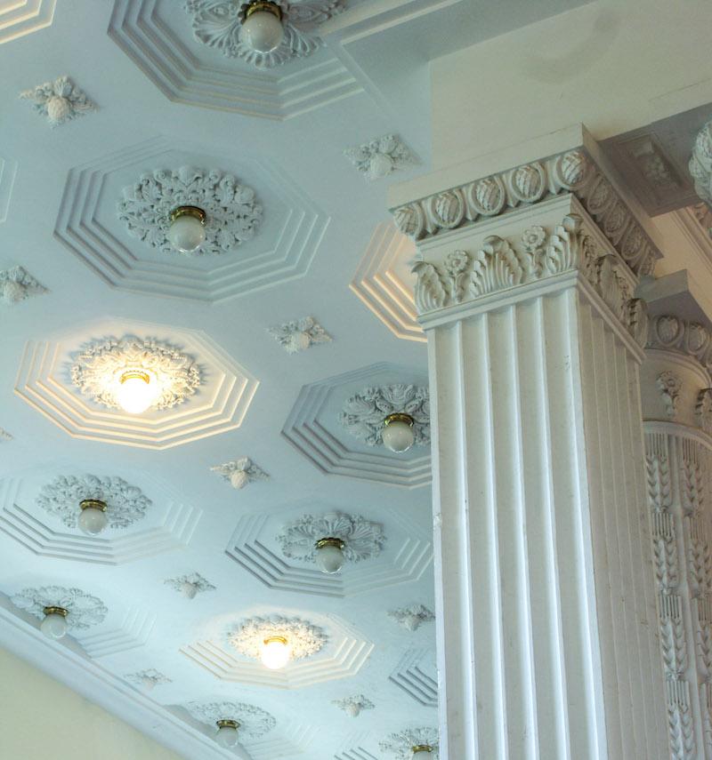 Выставочный центр, лепнина на колоннах и на потолке. Источник: Катя Князева