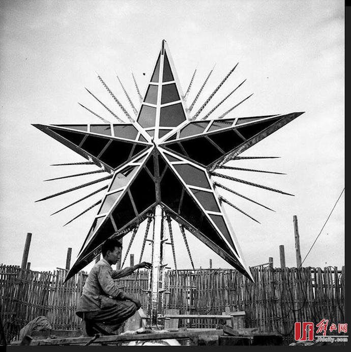Завершение работы над красной звездой в 1954 году. Источник: Jiefang Daily
