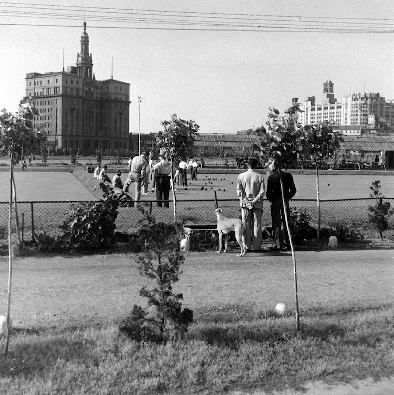 Игра в крикет напротив здания отеля Пасифик в 1949 году. Источник: Jack Birns