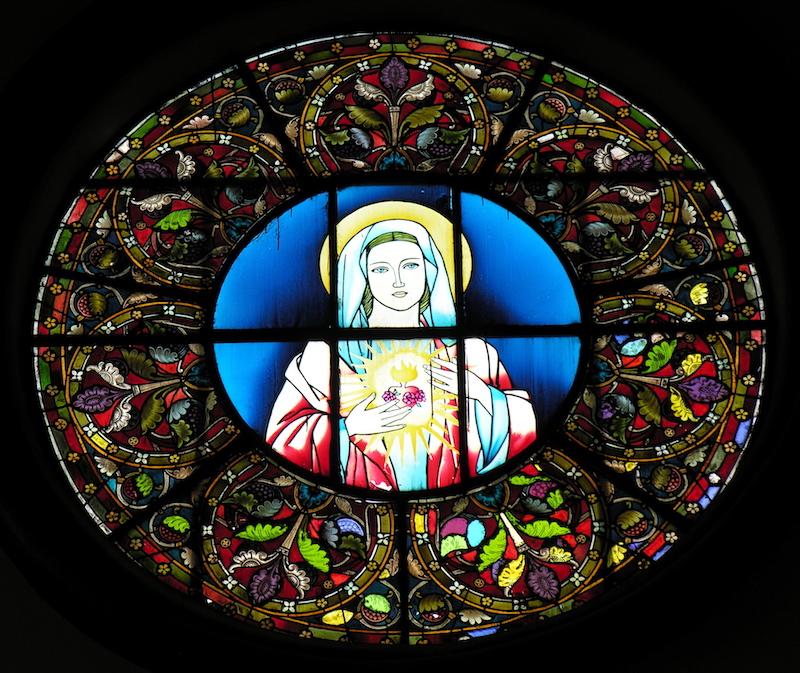 Одно из витражных окон в церкви. Источник: flickr Tai Pan of HK