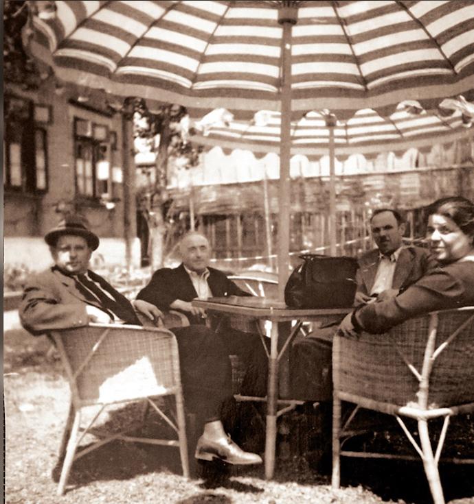 Публика во дворе кафе. Источник: de.shisu.edu.cn