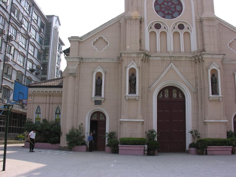 Школьная площадка во дворе церкви. Источник: flickr Tai Pan of HK