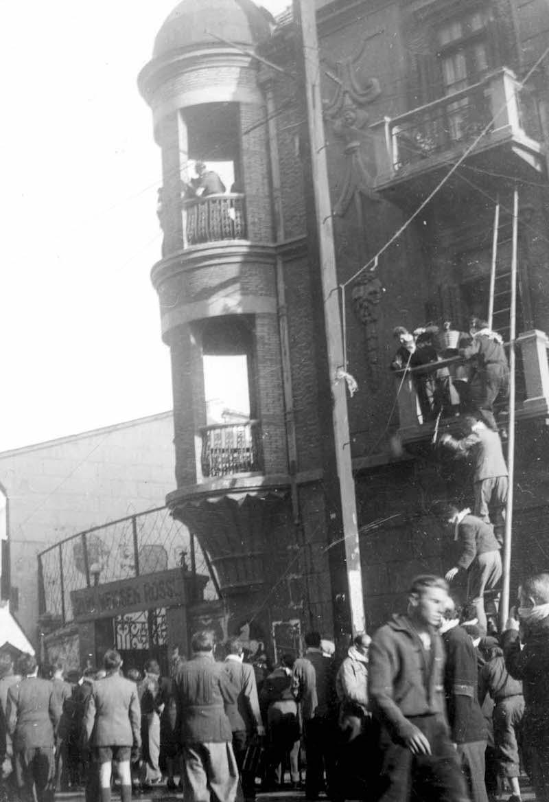 """Угол кафе """"Белая лошадь"""" в 1945 году. Источник: Horst Eisfelder"""