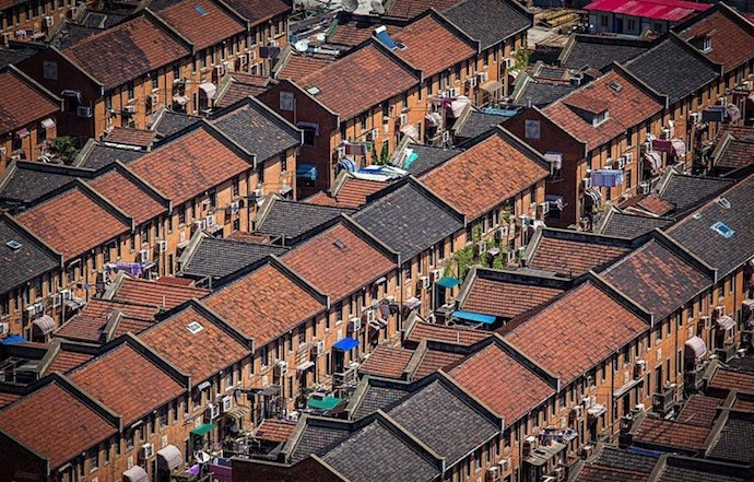 Вид с высоты на ряды домов. Источник: 玩遍世界的人