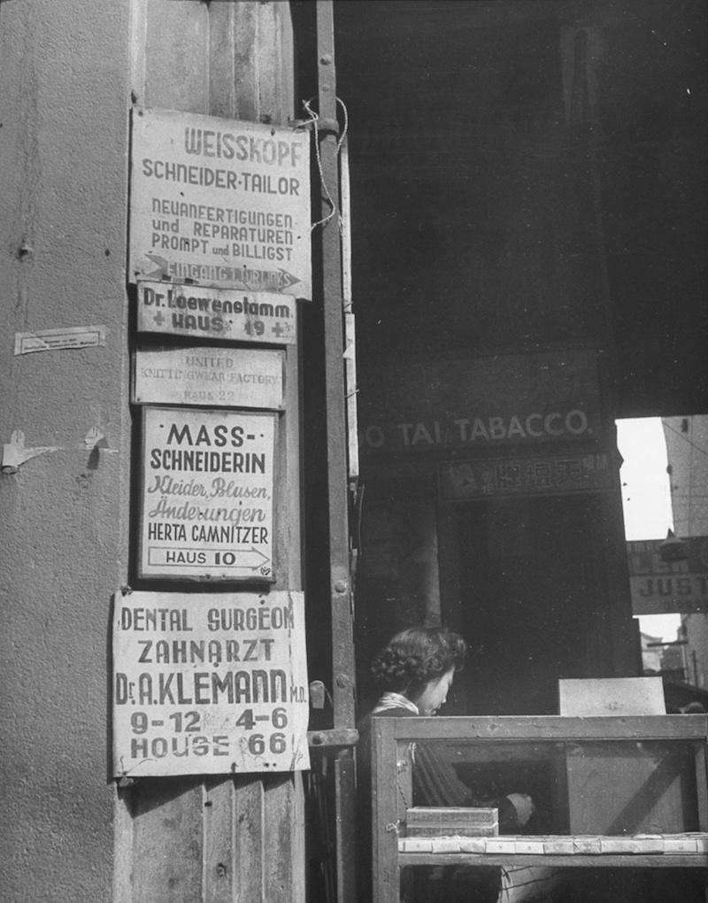 Вывески на немецком у входа в пассаж. Источник: George Lacks, 1945