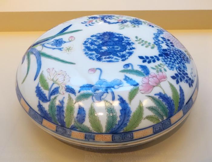 Пятицветный фарфор из Цзиндэчжэня (династия Цин). Источник: en.wikipedia.org