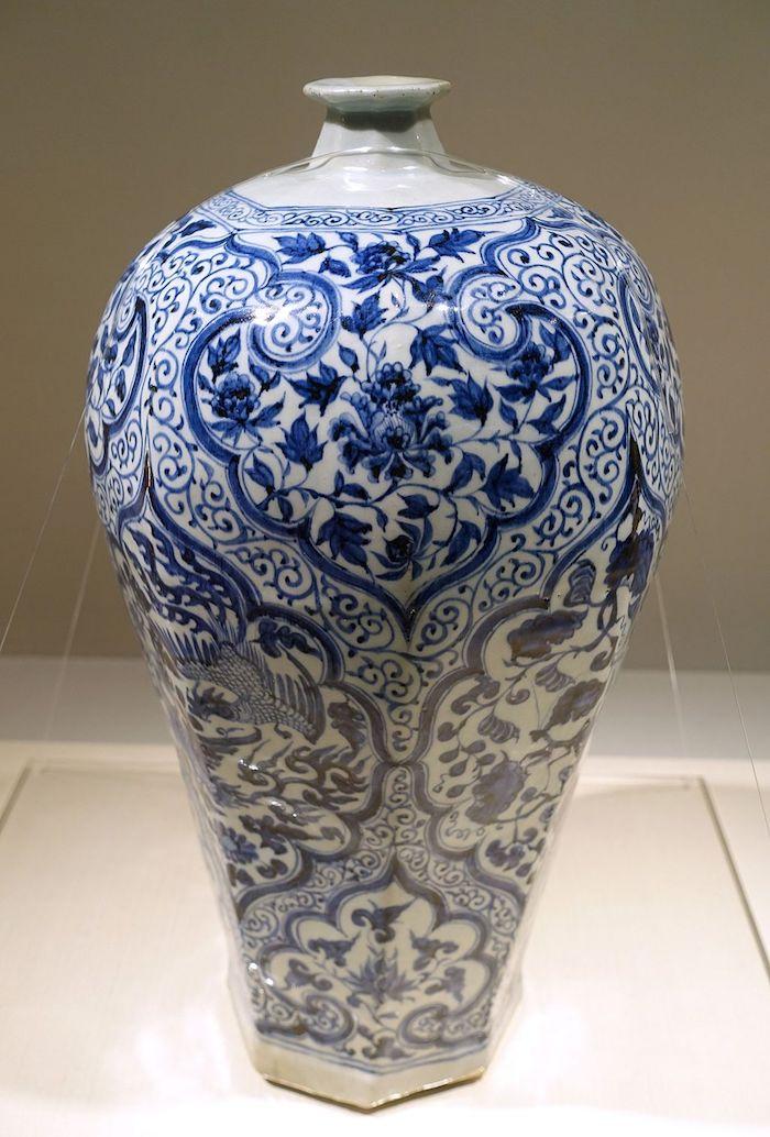 Знаменитый бело-синий фарфор из Цзиндэчжэня, 14 век (династия Юань). Источник: en.wikipedia.org