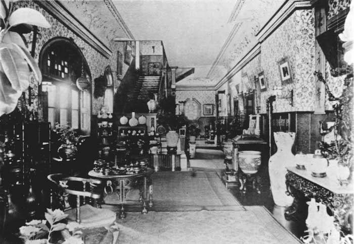Холл в резиденции Драммондов, снятый в 1908 году. Источник: minguotupian.com