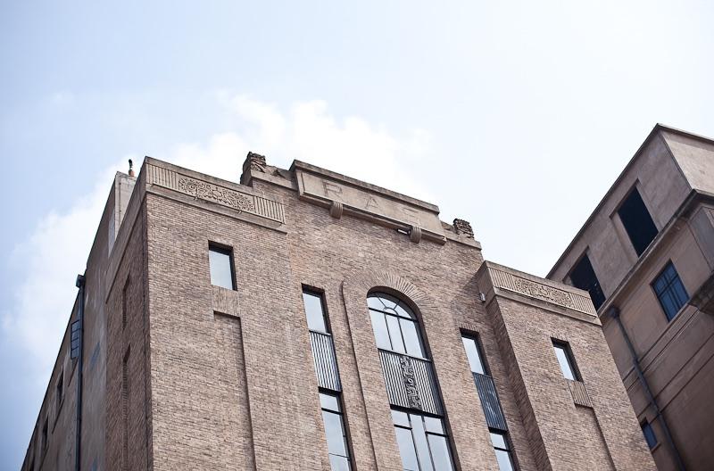 Пара львов сверху фасада. Источник: Sue Anne Tay