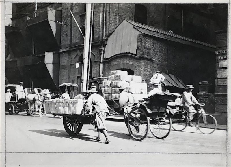 Пять видов траспорта в 1930-е годы – конная повозка, рикша, тачка, велорикша и велосипед, не хватает лишь автомобиля. Источник: virtualshanghai.net