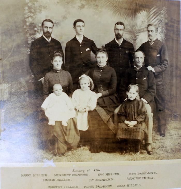 Семья Драммонд в 1890- году, Уильям справа в среднем ряду. Источник: Andrew Hillier (University of Bristol)