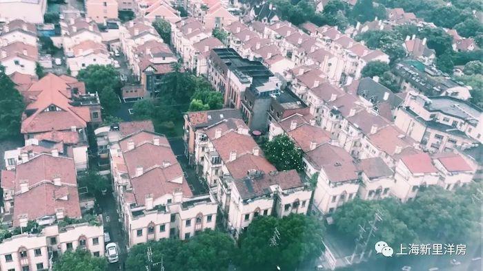 Вид с высоты на Dasheng Hutong в 1970-е годы, слева крыша виллы Деннарт. Источник: 上海新里洋房 на sohu.com