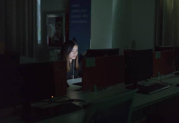 Сотрудникам дата-центров не разрешено разговаривать с коллегами во время работы. За нарушения правил - они должны отрабатывать дополнительные часы после окончания рабочего дня. Источник: Chen Jin для Sixth Tone