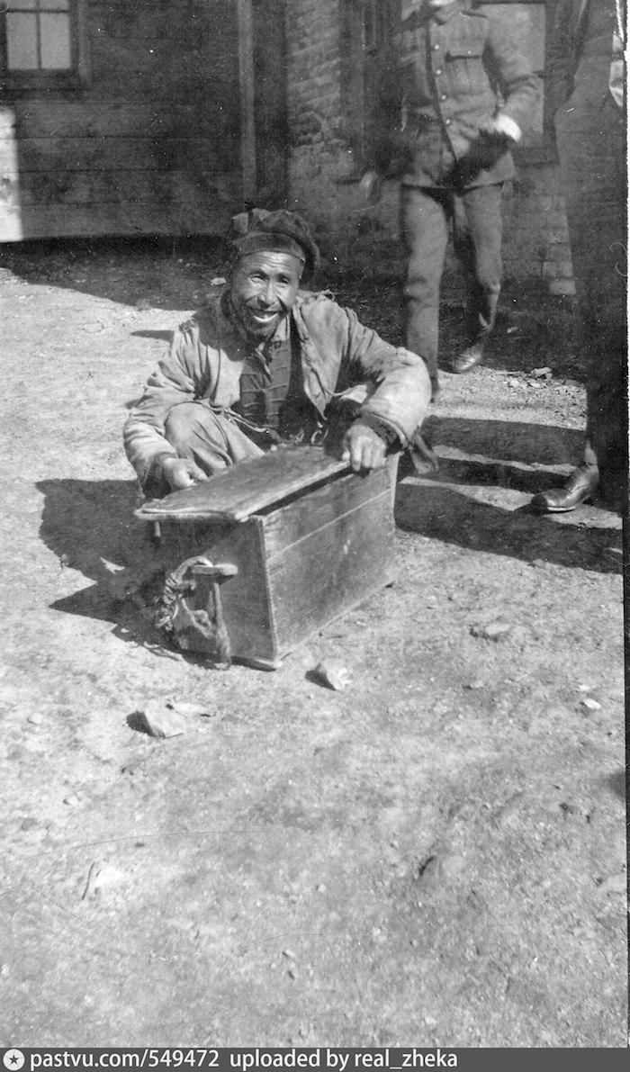Несмотря на революцию и гражданскую войну, китайцы оставлись активными участниками экономики города. Китайский сапожник во Владивостоке в 1919. Источник: М. Хаскелл