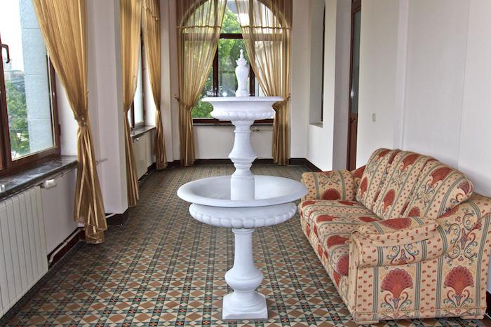 Интерьер консульства в 2009 году. Балкон гербового зала. Фото автора