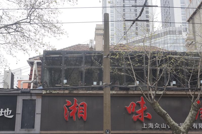 Крыша бывшего кабаре проглядывает за вывеской ресторана. Источник: Лена Килина