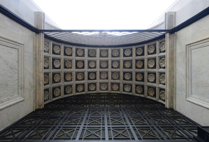 Лепнина под аркой и раздвижная решетка на входе. Источник: shine.cn