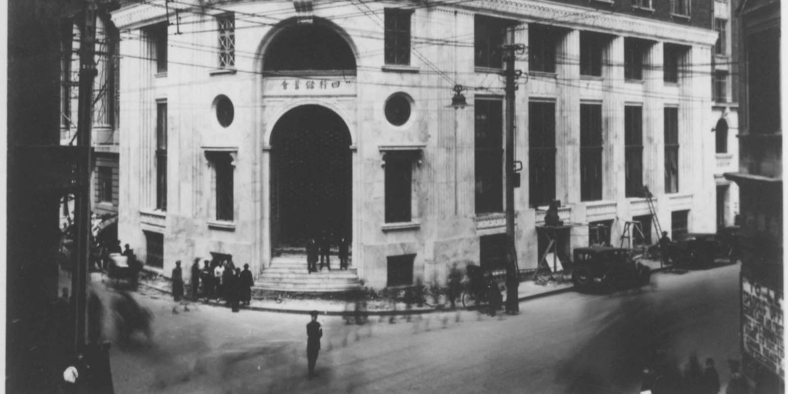 Угловой вход в здание в конце 1920-х годов (с) minguotupian.com