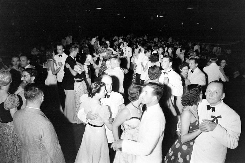 """Вертинский (справа внизу) танцует в другом эмигрантском кабаре, """"Аркадия"""", в 1940 году. Источник: A. T. Hull"""