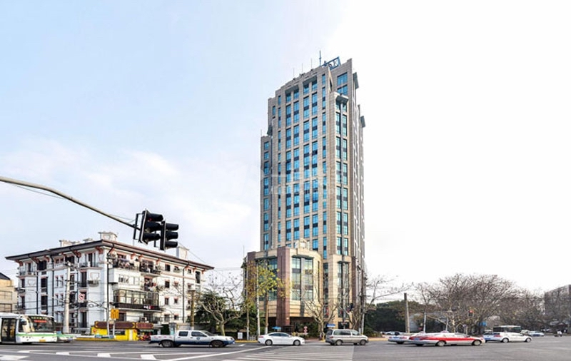 Здание общежития рядом с небоскребом. Источник: 100loujia.com