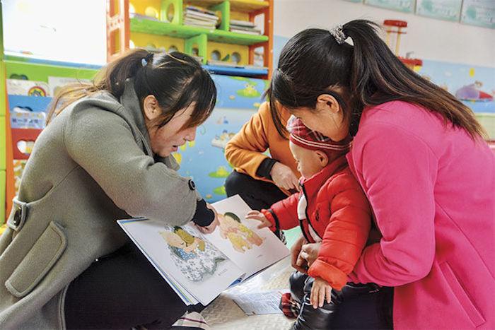 В сельских районах за детьми часто смотрят бабушки и дедушки, которые часто не знают ничего о раннем развитии. Источник: RURAL EDUCATION ACTION PROGRAM
