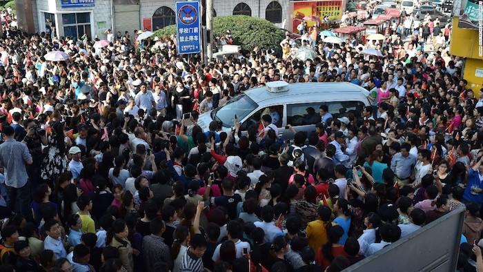 Родители ждут перед входом в школу, пока выпускники сдают главный экзамен в современном Китае - гаокао. Источник: CNN.com