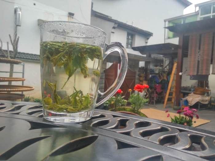 Пить чай лучше из стеклянной посуды. Фото автора