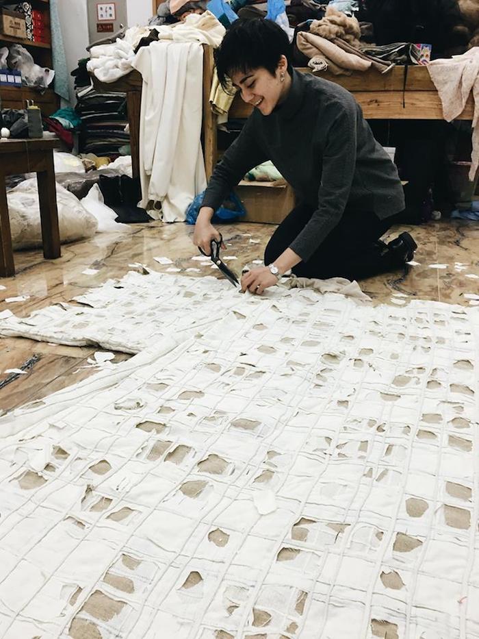 """Азиза в процессе работы над костюмом к """"Королю Лиру"""" в Национальном театре Китая"""