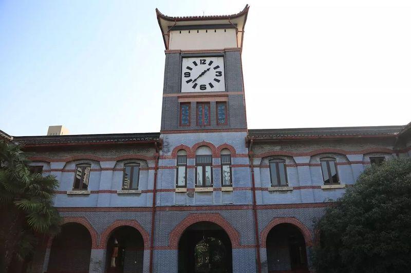 Часовая башня на здании имени Шерешевского. Источник: wxwenku.com