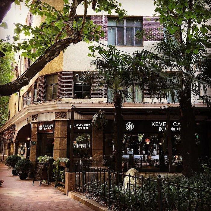 Кафе Кевен на первом этаже здания. Источник: twitter shutozennin