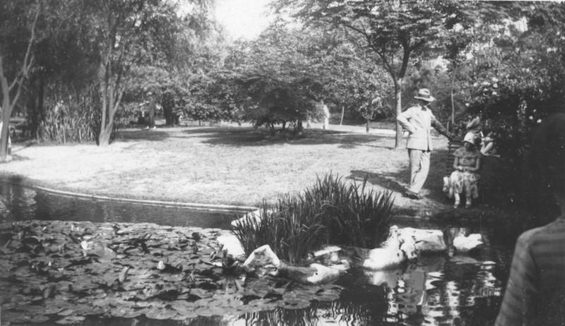 Отдыхающие у пруда в 1920-е годы. Источник: Virtual Shanghai