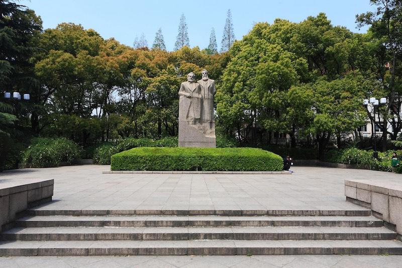 Памятник столпам марксизма. Источник: lvmama.com