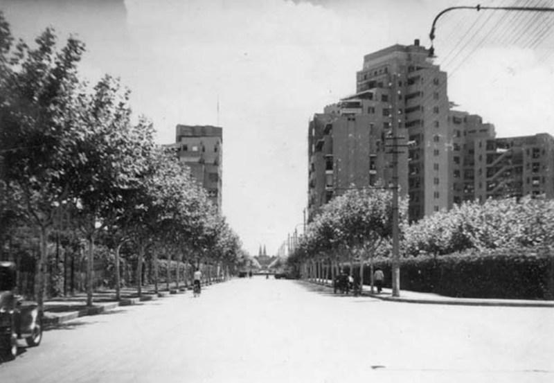 В конце авеню Петэн маячит собор Св. Игнатия; Кавендиш-корт слева. Источник: Raymond Vibien Family Album at Virtual Shanghai