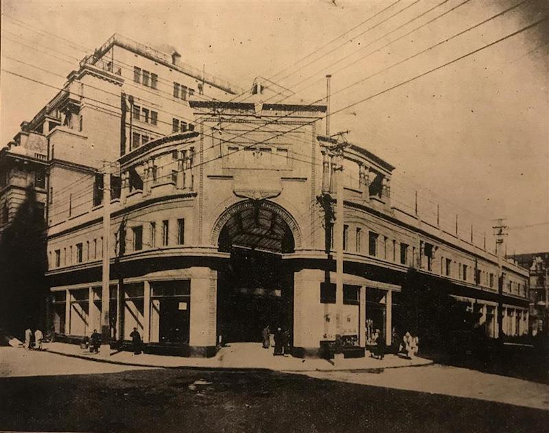 Вход в Центральную аркаду на углу Нанкинской и Сычуаньской улиц. Источник: журнал The Israel's Messenger (1929)