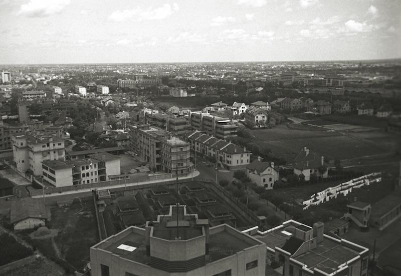 Вид на тюрьму к югу от дома Кавендиш-корт. Источник: Harrison Forman