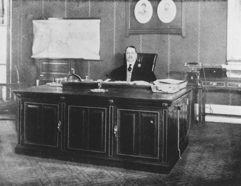 Владелец фирмы Эдвард Эзра в офисе. Источник: minguotupian.com