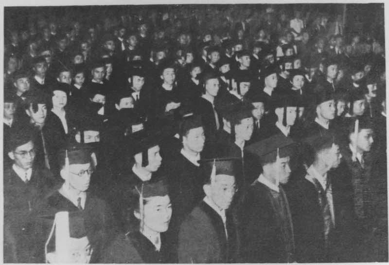 Выпускная церемония в 1947 году. Источник: minguotupian.com