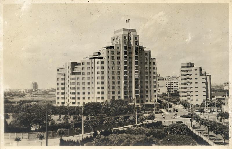Здание Пикарди (слева) появилось позже Кавендиш-корт (справа). Источник: flickr Cities in Old Days