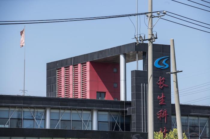 Changchun Changsheng - один из основных производителей вакцин в Китае. Стоимость его акций, как и доверие к компании тает на глазах - за неделю акции упали на 40%. Источник: Tao Zhang / Getty Images