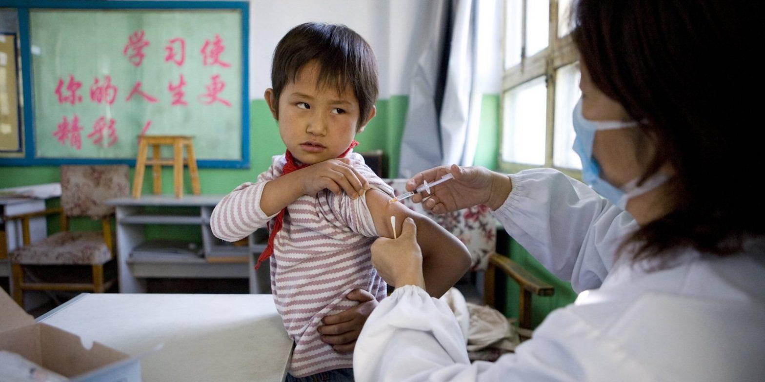 """""""Они производят вакцины, которые вводят вам и вашим детям каждый день"""". В Китае разразился скандал из-за поддельных вакцин"""