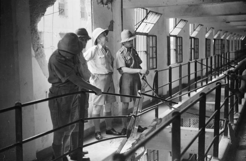 1937 год, британцы осматривают ущерб от бомбежки. Источник: Harrison Forman