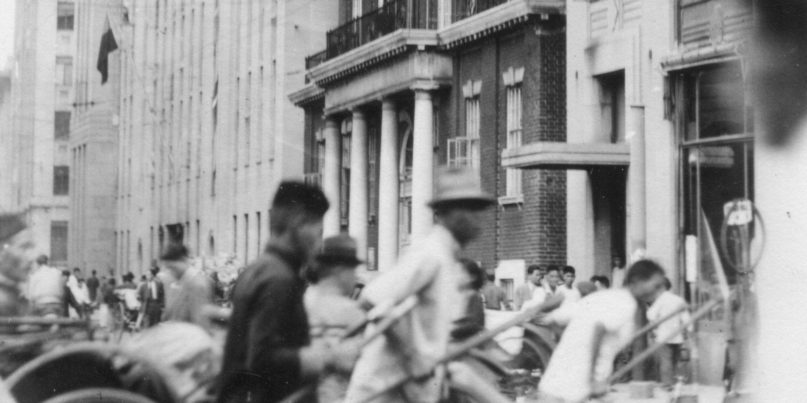1945 год. Вид на ряд зданий на Фучжоу Лу, среди которых выделяется Американский клуб (с) flickr Cities in Old Days
