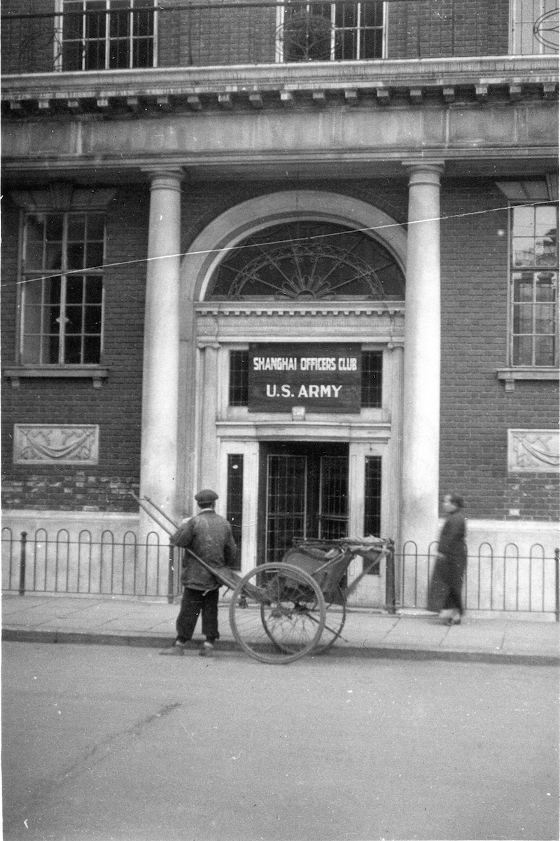 1946 год. Вывеска у входа в клуб специально приглашает американских офицеров. Источник: flickr Cities in Old Days