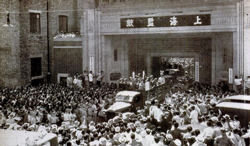 1947 год, японские военные преступники в грузовиках выезжают на трибунал из ворот тюрьмы. Источник: LIFE