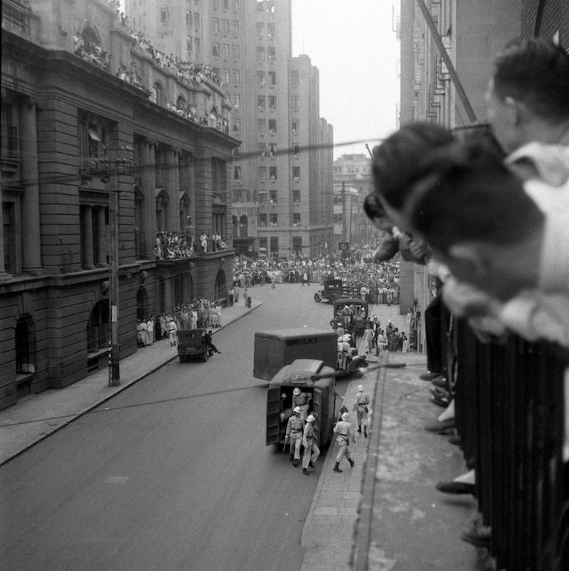 1949 год, публика наблюдает с балкона Американского клуба за конвоированием приговоренных коммунистов. Источник: Jack Birns