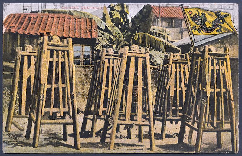 Китайское традиционное наказание преступников в начале 20-го века. Источник: открытка