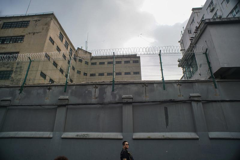 Прохожий идет мимо тюрьмы. Источник: 牛山@tuchong.com