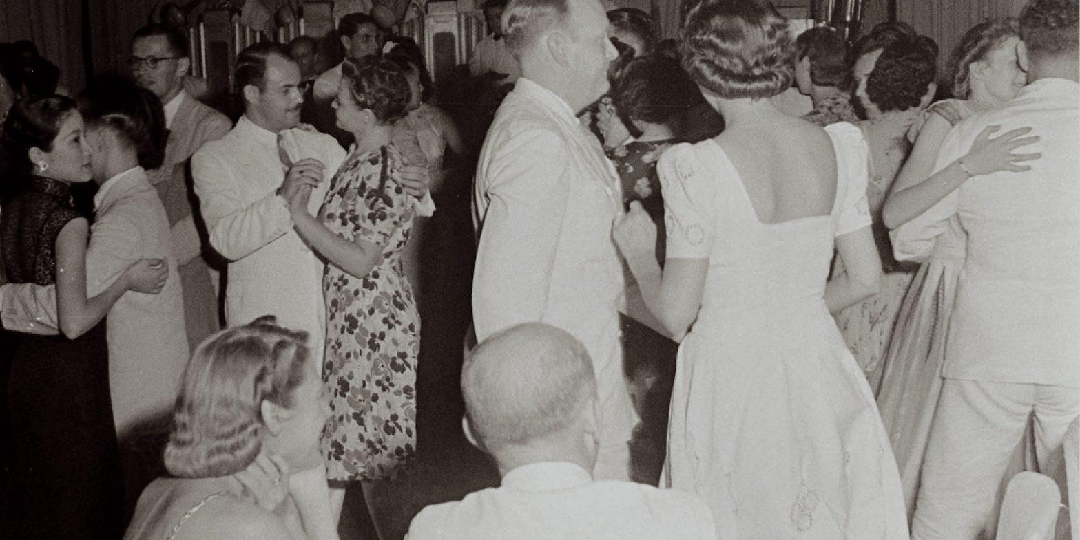 Танцующая публика в шанхайском кабаре (с) (с) A. T. Hull Jr.